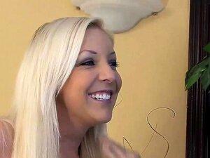 Blonde Babe liebt Gesichtsbehandlung