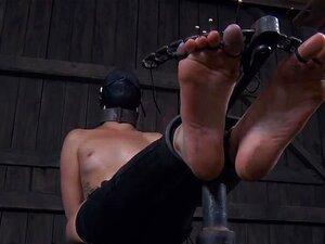 Mistress Cherry Torn ist Facesitting und erstickt schwarzen Sklaven