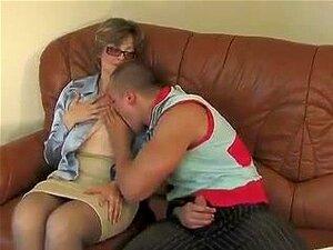 Kinky Kerl isst Donatellas alte Muschi und fickt dann diese Oma