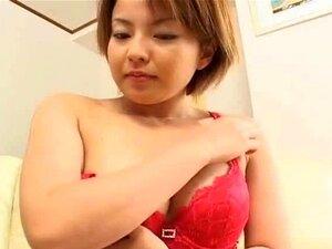 Karin Yazawa bekommt ihre kleine behaarte japanische Muschi geleckt und gefingert