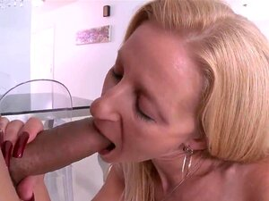 Blonde rebondie prend un Black