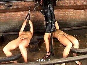 Herrin und ihr devotes Mädchen machen in der Öffentlichkeit böse BDSM-Sachen