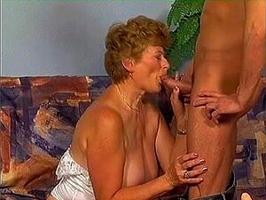 Junger Kerl hat Spaß mit Oma Betsy B und spritzt ihr ins Gesicht