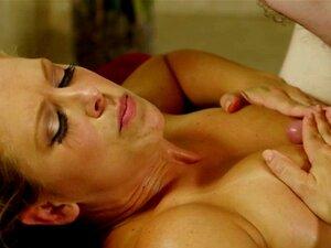 Angelina Diamanti, vollbusige MILF-Schlampe, wird nach der NURU MASSAGE mit ANAL behandelt