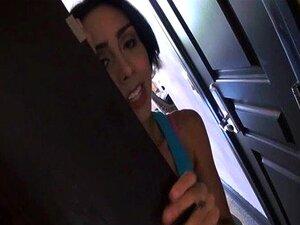 Lilly Hall wird in ihre Latina Deep Throat mit dem Schädel gefickt