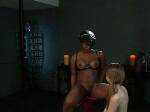 Fat Ass Herrin Bella Rossi reitet ihren Sklaven und fickt seinen Arsch mit einem Strapon