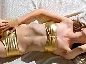 Das außergewöhnlich heiße brünette Babe Karlee Grey nimmt es in ihre makellose behaarte Muschi