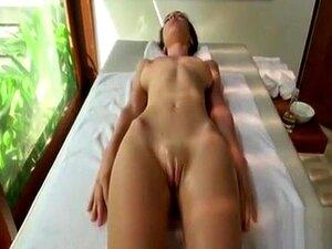Mädchen fingert sich selbst nass