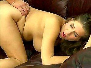 Schönes molliges Mädchen mit massiven Brüsten Alex Chance arbeitet mit ihrem Mund