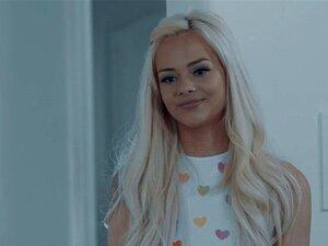 Die süße Puppe Elsa Jean wird schön tief in ihre Teenie-Muschi gefickt